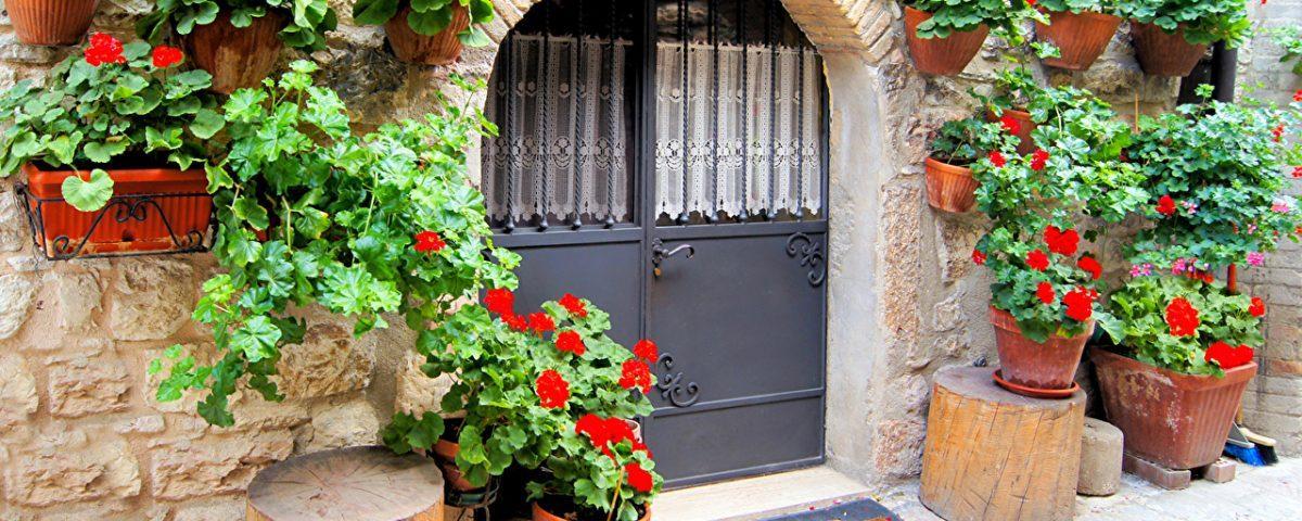 В чем отличия цельногнутых дверей от каркасносварных?